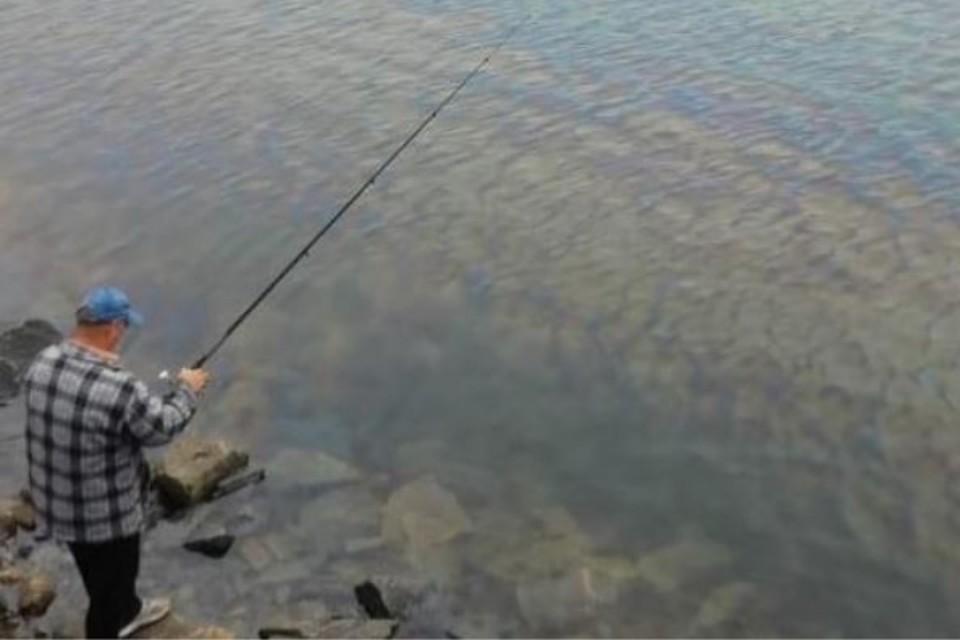 В Магадане в бухте Нагаево обнаружено огромное нефтяное пятно. Фото: Инстаграм @nemagadan