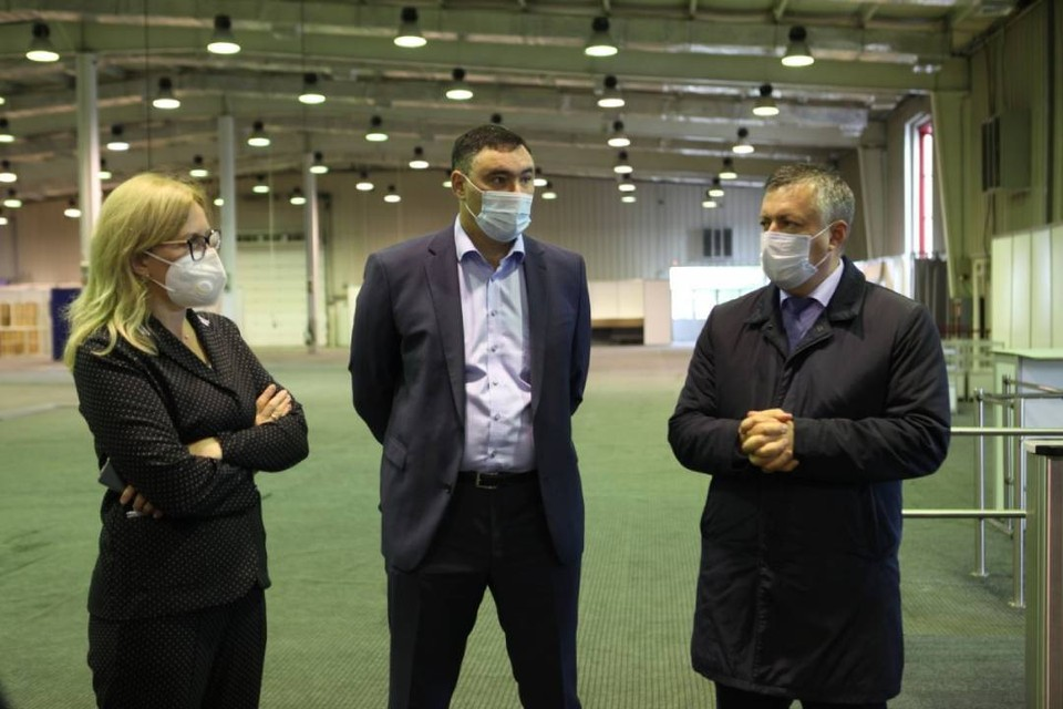 Руслан Болотов и Игорь Кобзев осмотрели павильон, где откроют кабинеты иммунизации. Фото: пресс-служба администрации Иркутска.