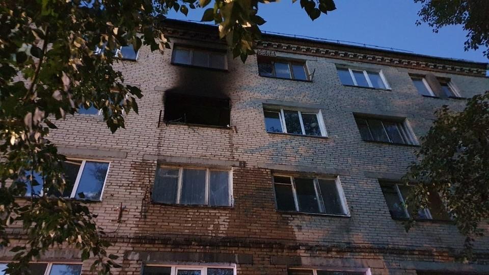 Загорелась квартира на четвертом этаже. Фото: ГУ МЧС по Челябинской области