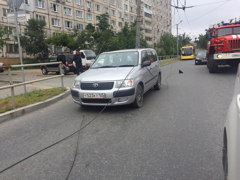Провод троллейбусной линии упал прямо на автомобиль такси.