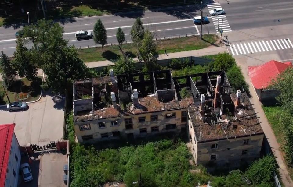 """За """"Вива Лэндом"""" стоят разрушенные здания. Фото - скриншот"""