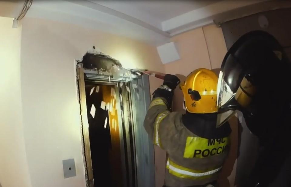 Спасатели оказались удивлены, обнаружив причину пожара. Фото: пресс-служба МЧС России по Омской области