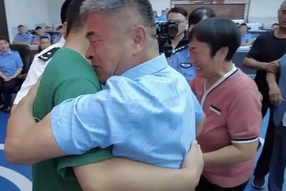 24 года Го Гантан и его жена Чжан Венге искали своего сына.