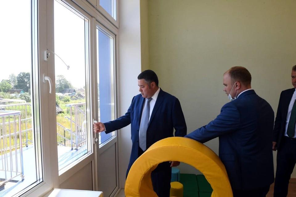Губернатор в этой поездке лично проверил надежность некоторых ручек и дверей.