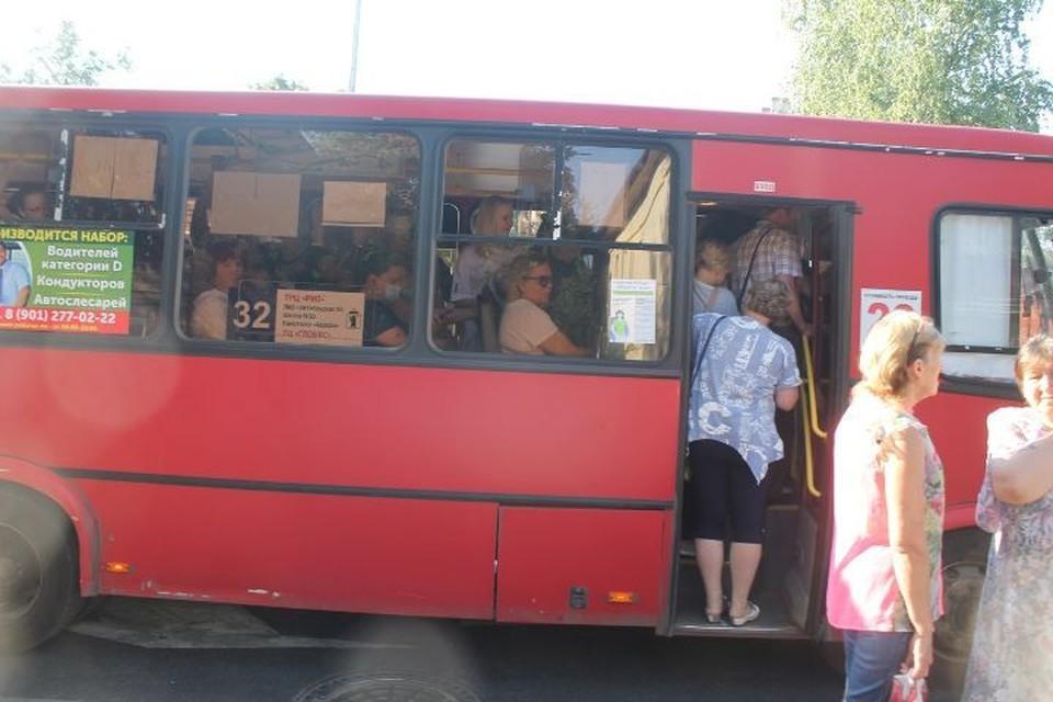 В автобусах страшная духота, а кондиционеры не работают. ФОТО: Рада ШПИЛЕВАЯ