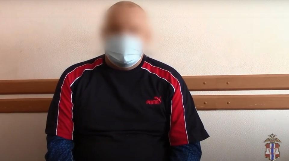 Задержанный сообщил, что готов отправиться в колонию. Фото: скриншот видео (УМВД России по Омской области)