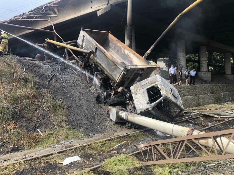 Грузовик упал с моста и загорелся от вспыхнувшего газопровода