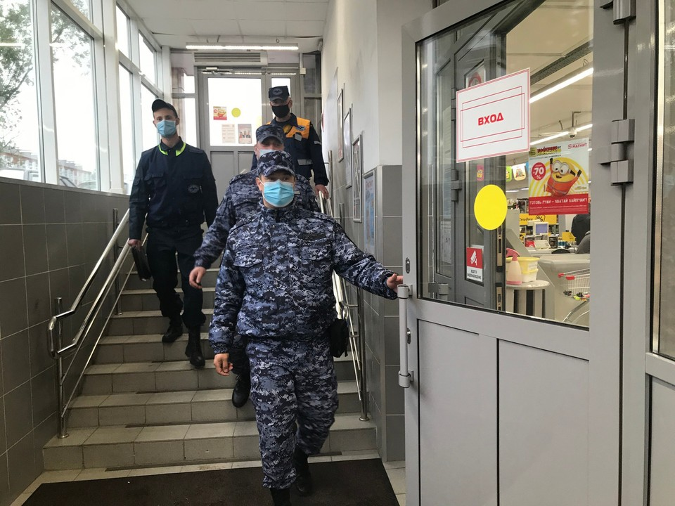 Сургутские магазины проверяет Росгвардия: они смотрят на наличие маски на лицах югорчан Фото: Администрация Сургута
