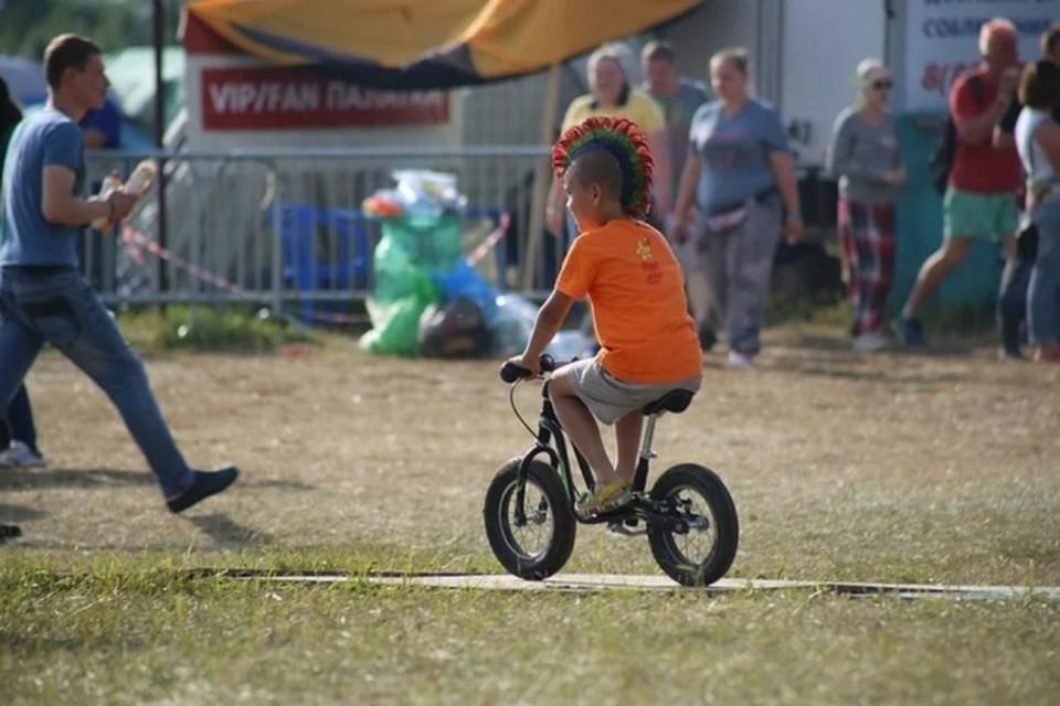Ездить на велосипеде маленькие дети должны под присмотром родителей.