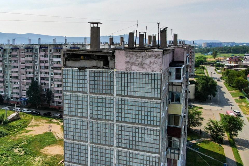 Бетонная плита рухнула с фасада десятиэтажки в Комсомольске-на-Амуре. Фото: Komcity