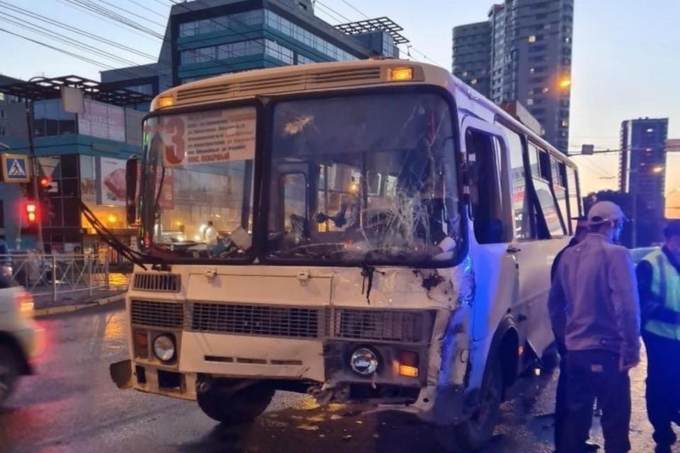 Автобус врезался в грузовик. Фото: АСТ-54
