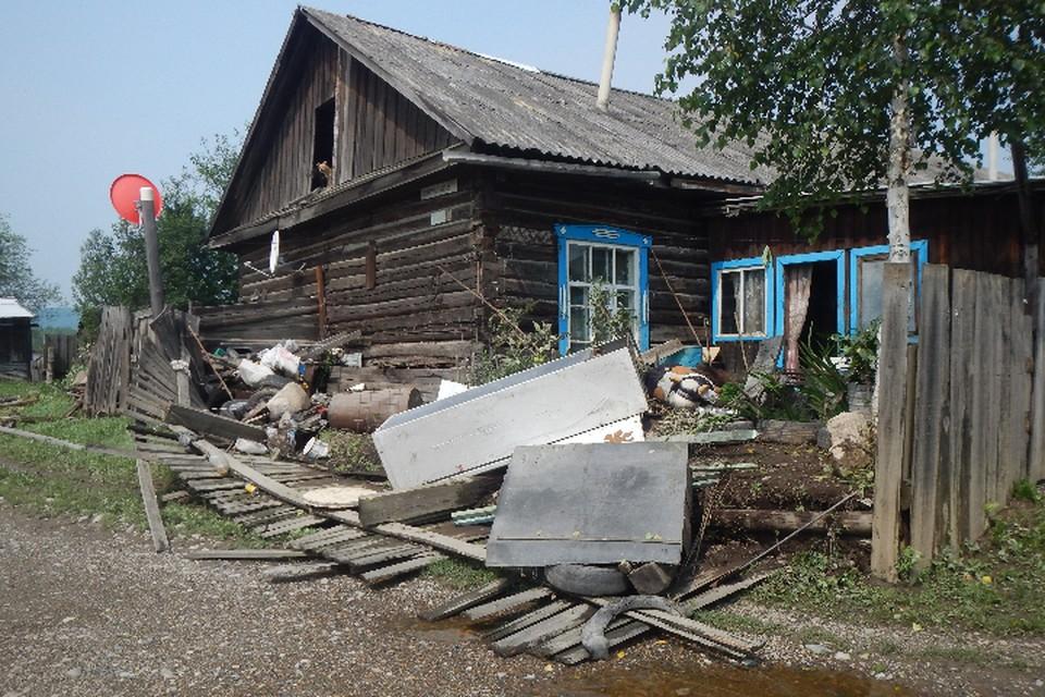Мощные потоки воды хлынули в населенные пункты и разрушали все на своем пути