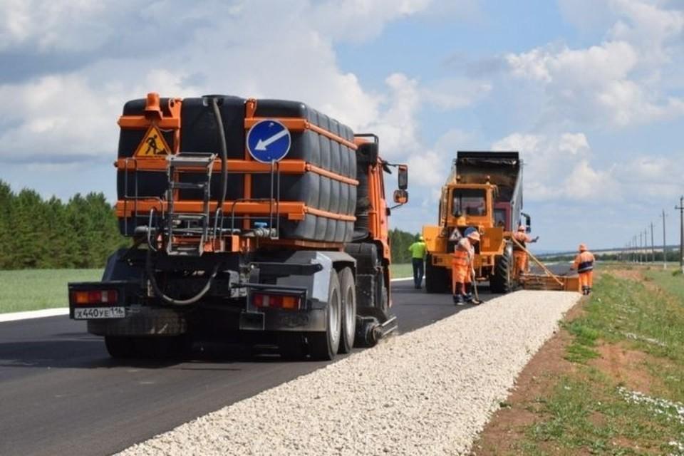 Для завершения ремонта подрядчику остается установить барьерные ограждения, дорожные знаки и сигнальные столбики. Фото: mindortrans.tatarstan.ru