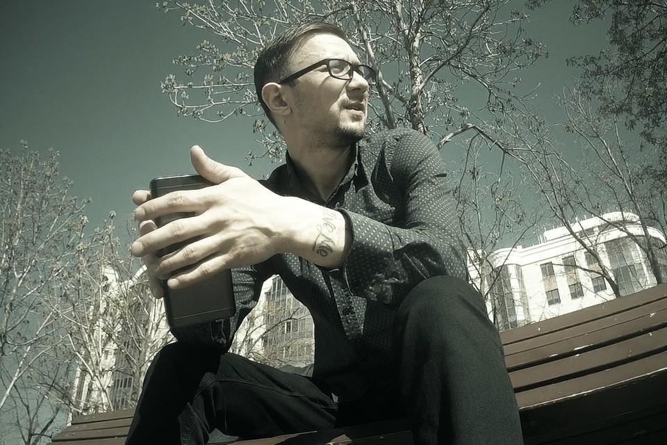 Александр Малец, он же КАПА, не выглядит как типичный рэпер, да и не является таковым.