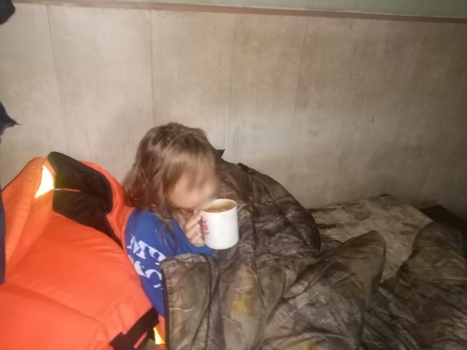 Пятилетнюю девочку нашли посреди озера на надувном круге в Забайкальском крае, ее родители бесследно исчезли