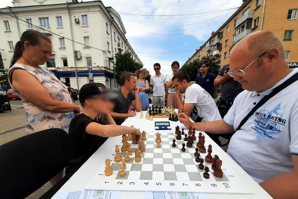 В столице Верхневолжья, словно в былые времена, прямо на улице устроили шахматные баталии. Фото: Ольга Матвеева