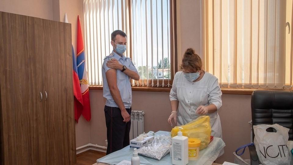 Сотрудники МВД делают прививку. Фото: МВД по г. Севастополю