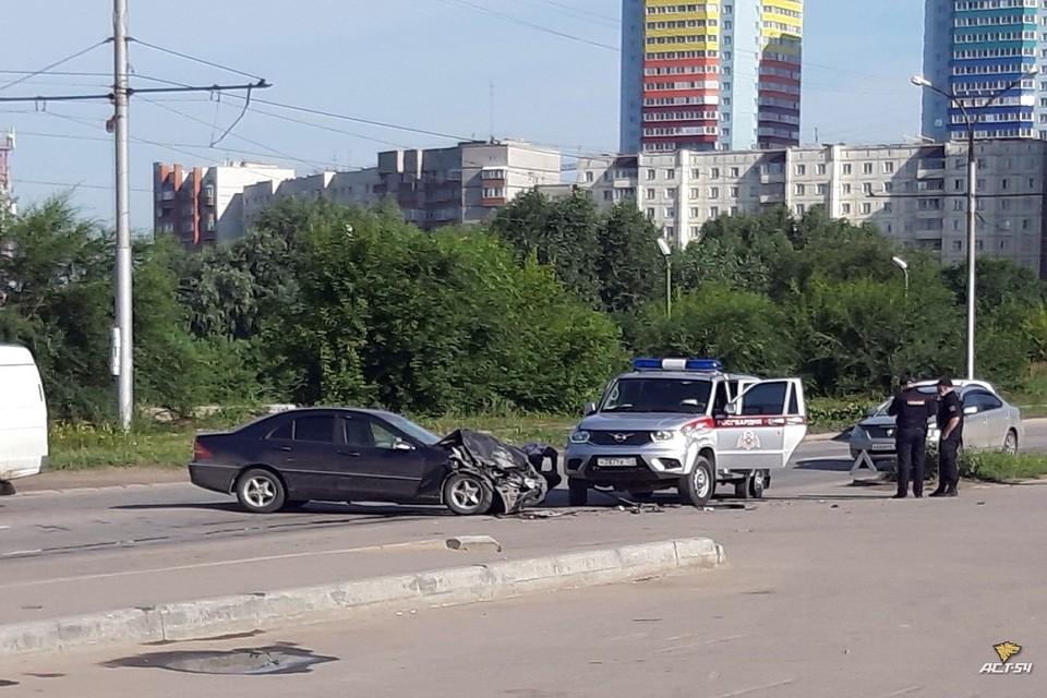 "В Новосибирске «Мерседес» протаранил машину Росгвардии. Фото: ""АСТ-54""."