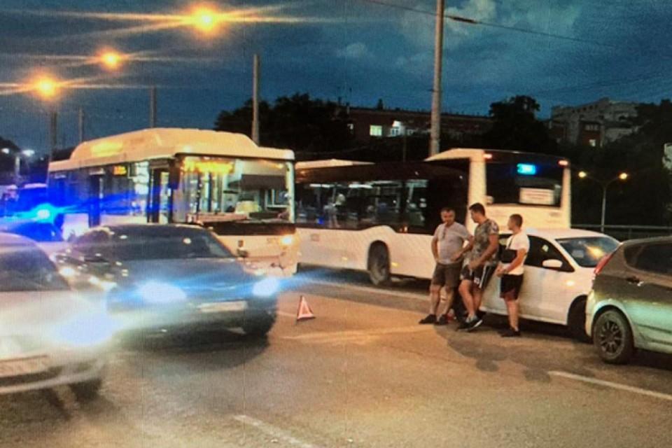 Предварительно, водитель «Нефаза» не выдержал безопасную дистанцию. Фото: отдел пропаганды УГИБДД