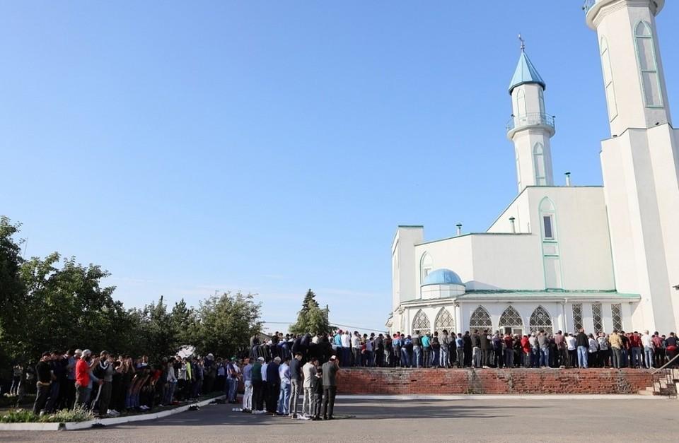 """Ни о какой социальной дистанции верующие не заботятся. ФОТО: """"Новый Омск"""""""