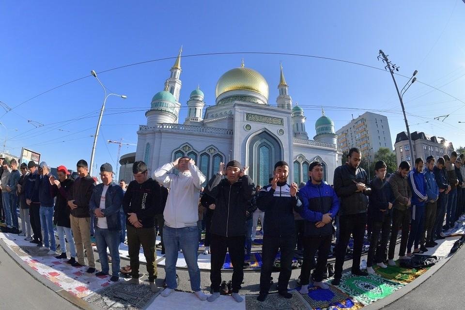 В Новосибирске мусульмане отмечают праздник Курбан-байрам.