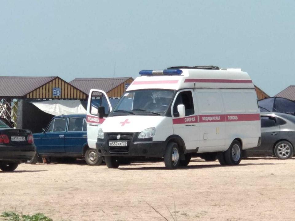 Кареты скорой помощи только и успевают подъезжать за отдыхающими на Должанской косе. Фото: КРУГОВЫХ Кристина