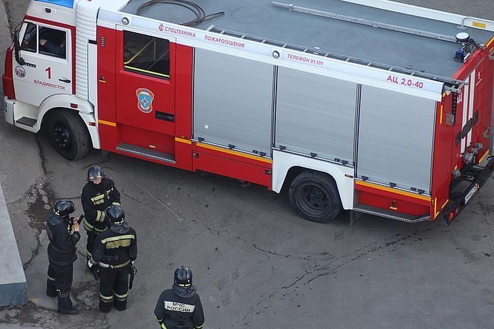 Пожарные потушили горящую квартиру в многоэтажке Владивостока.