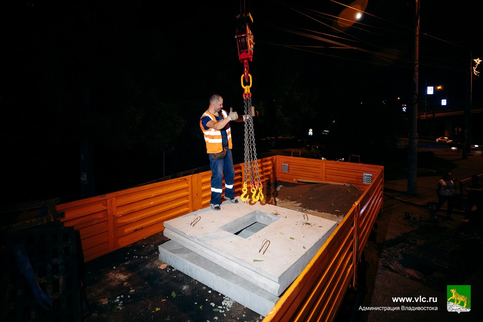 Во Владивостоке меняют решетки ливневой канализации и прочищают инженерные сети. Фото: Евгений Кулешов/Администрация Владивостока