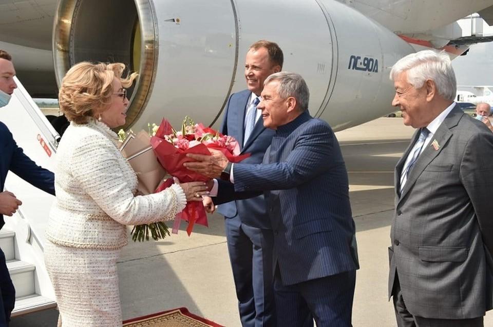 В аэропорту Матвиенко встречал президент Татарстана Рустам Минниханов. Фото: president.tatarstan.ru