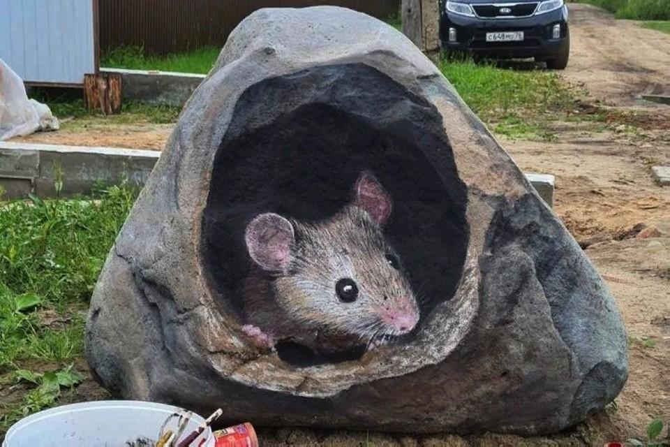 """Мужчина превратил каменные валуны в яркие арт-объекты. Фото: группа ВКонтакте """"Подслушано в Рыбинске"""""""