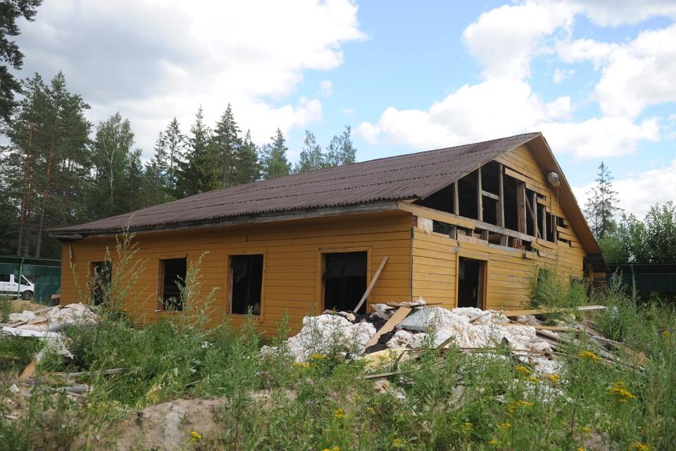 По словам одного из бывших владельцев участка, дом, скорее всего, сносили и перестраивали.