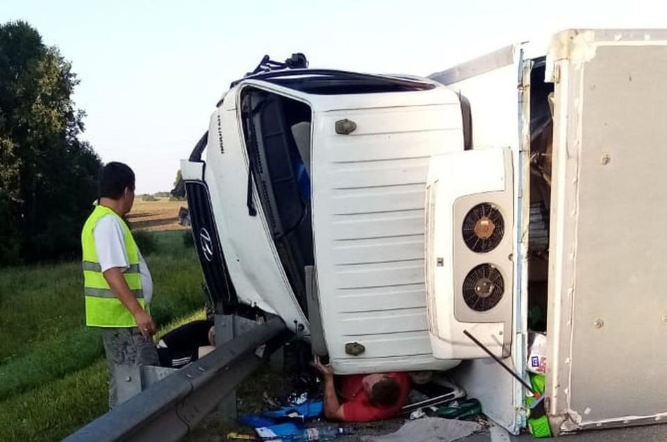 Водителя придавило грузовиком после аварии. Фото: АСТ-54