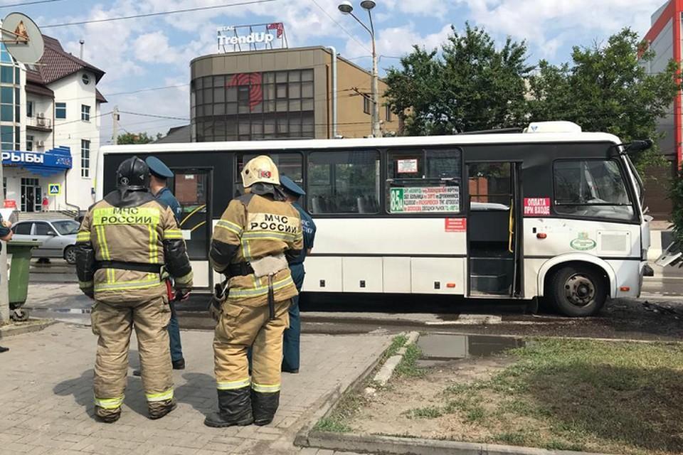 На месте работают спасатели. Фото: пресс-служба управления МЧС России по РО