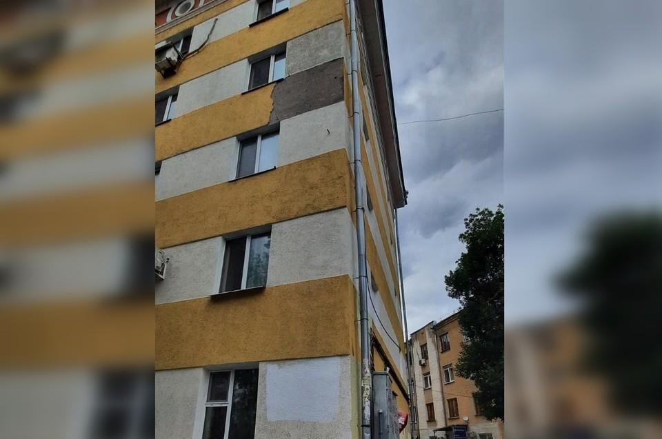 Часть фасада упала с четвертого этажа