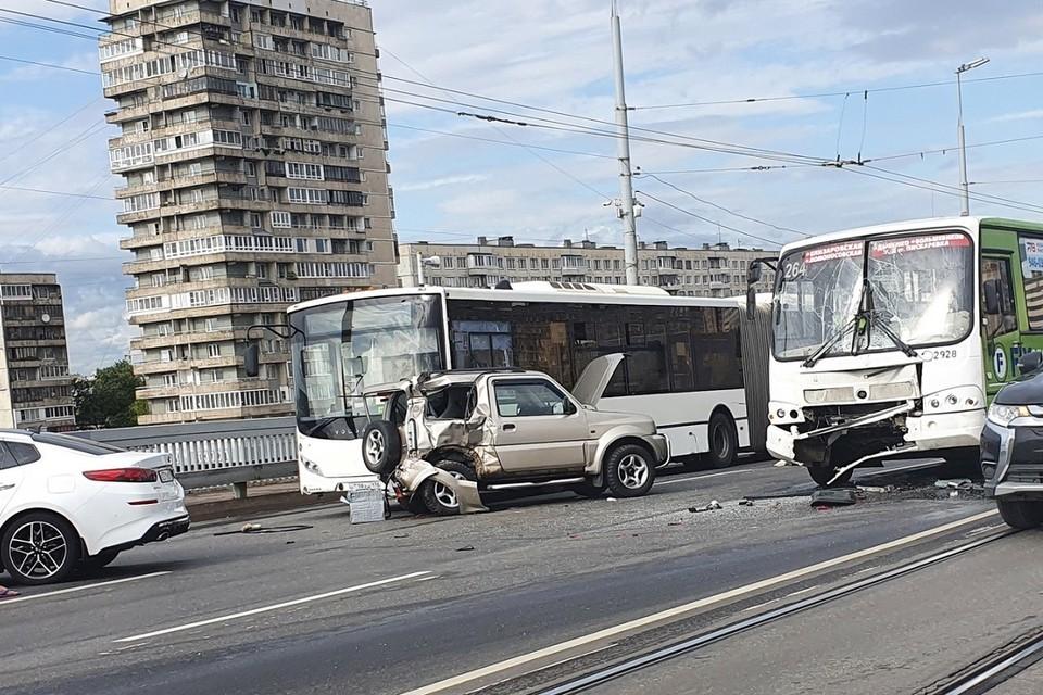 Массовое ДТП остановило движение на Володарском мосту. Фото: vk.com/spb_today