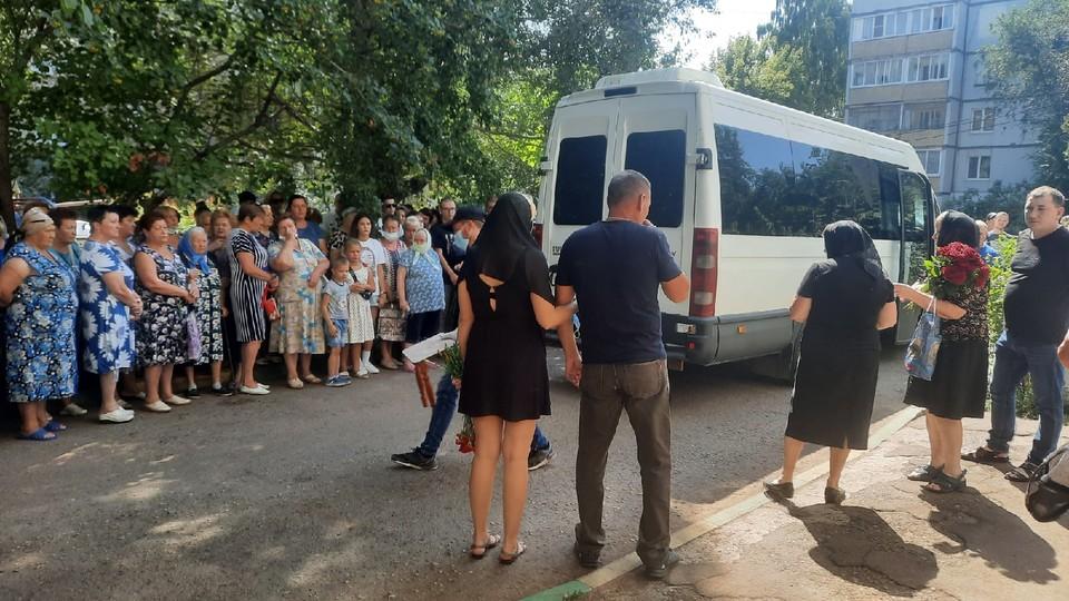 В Петра Дубрава простились с погибшей школьницей
