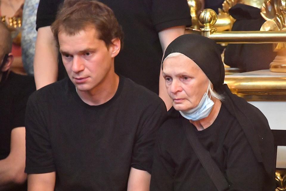 Сын Петра Мамонова Иван и вдова Ольга на отпевании в Донском монастыре.