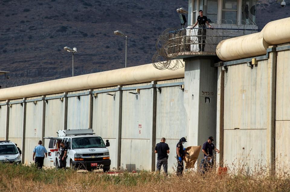 La Autoridad Penitenciaria de Israel afirma que seis prisioneros escaparon de una de las prisiones más vigiladas del país.
