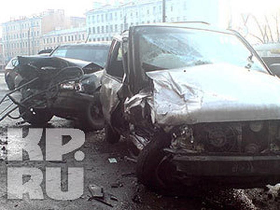 Одна из машин выскочила на тротуар и сбила людей