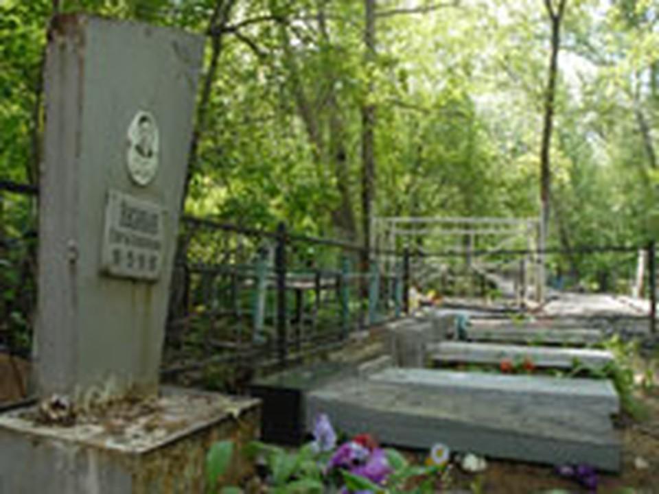 В Челябинске на Успенском кладбище разрушили 20 могил