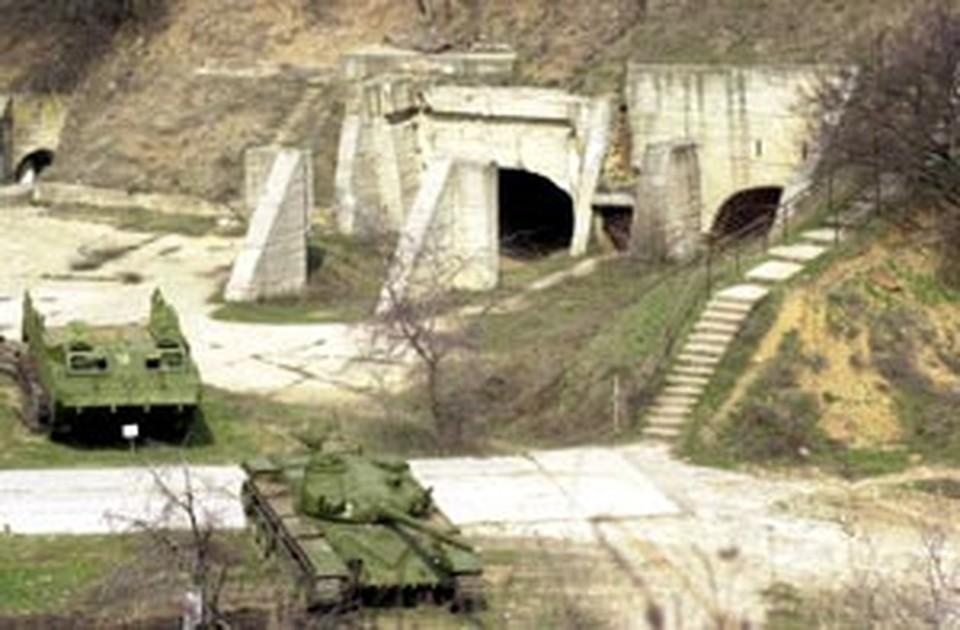 Так выглядит главный вход в бункер. Танки рядом - из филиала Аксайского военно-исторического музея под открытым небом.