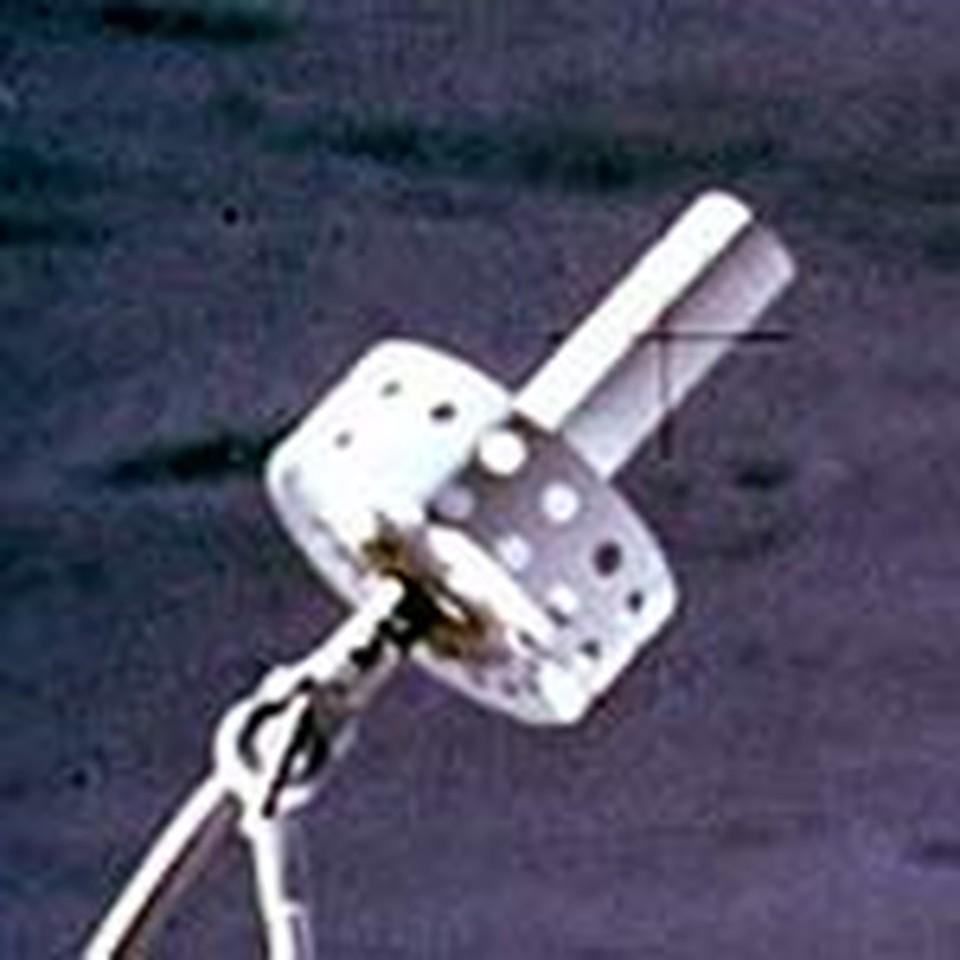 Фрагмент луномобиля - крестик словно исчезает за антенной.