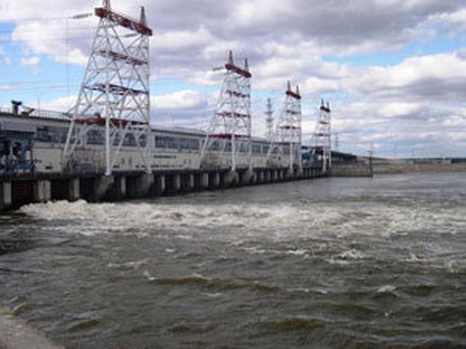 Перекрывается правая сторона моста через плотины Чебоксарской ГЭС