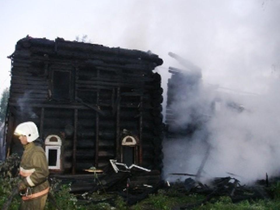 5 часов пожарные тушили дом, который подожгли в Вологде.