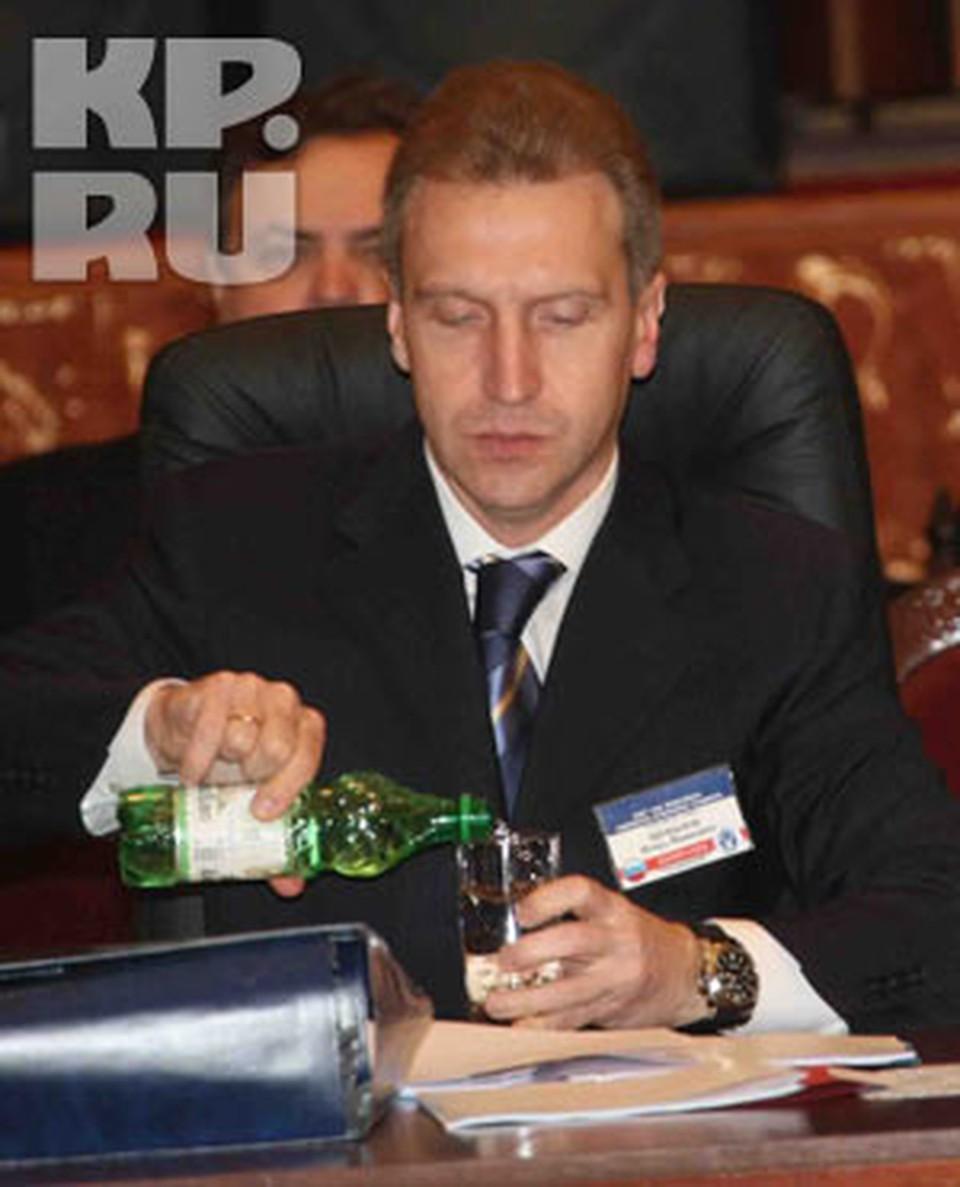 По мнению Игоря Шувалова, слухи о девальвации рубля распространяют те, кто рассчитывает подзаработать на этом.