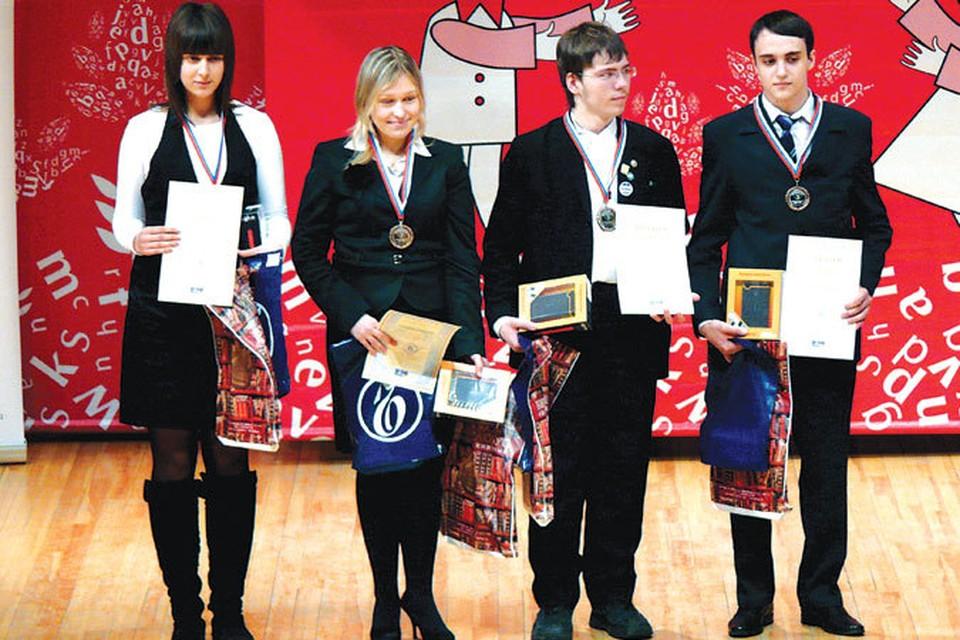 Заполярные школьники привезли немало наград. А Дмитрий Макаров (крайний справа), кроме медалей и дипломов, еще и серебряную компьютерную мышь.