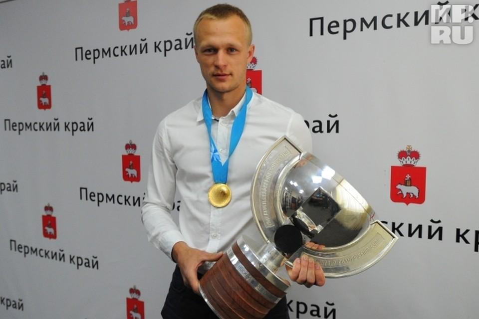 Евгений Кетов с кубком и золотой медалью.