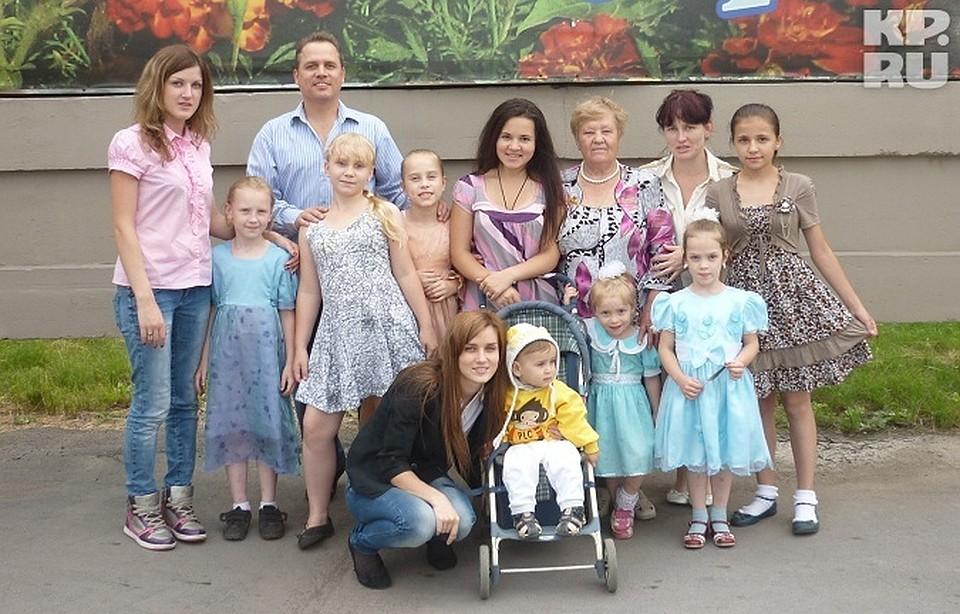 Самая многодетная студентка Кузбасса защитила диплом и призналась  Татьяна самая многодетная студентка Кузбасса с мужем 9 дочками и первым внуком