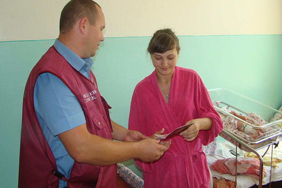 Светлане Фадиной, выжевшей в страшном наводнении в Крымске, вручают паспорт прямо в роддоме.