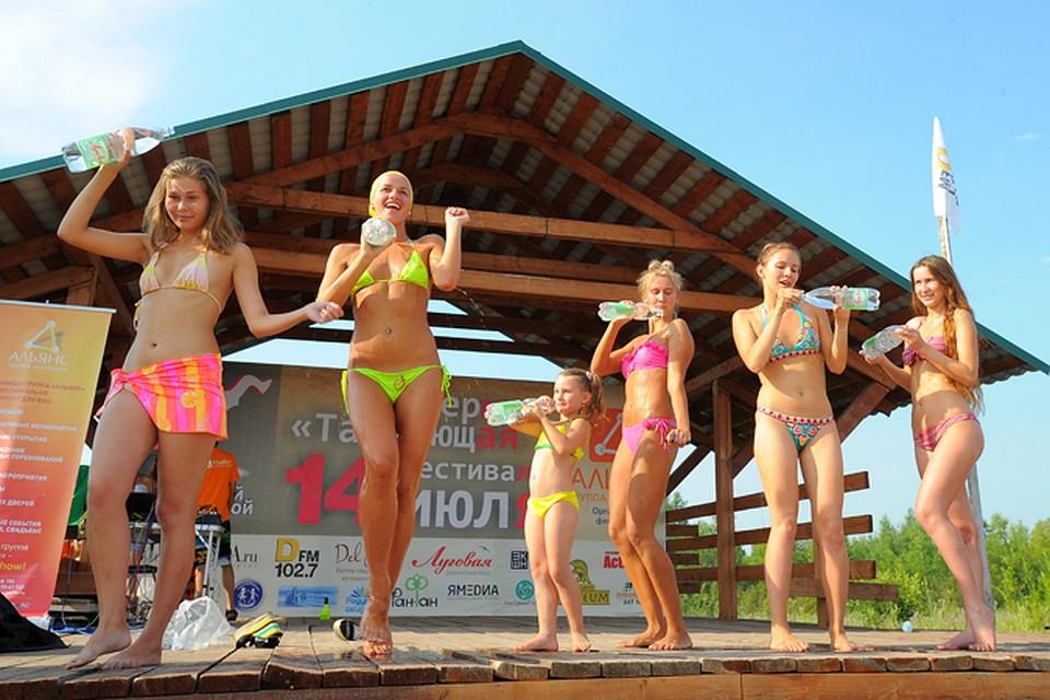 Девки сняли все на конкурсе мокрых маек